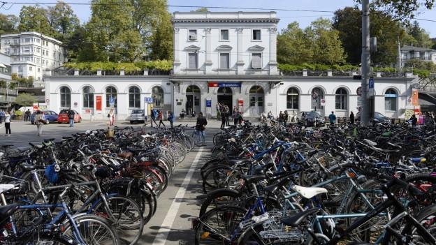 Velos stehen vor dem Bahnhof Stadelhofen.
