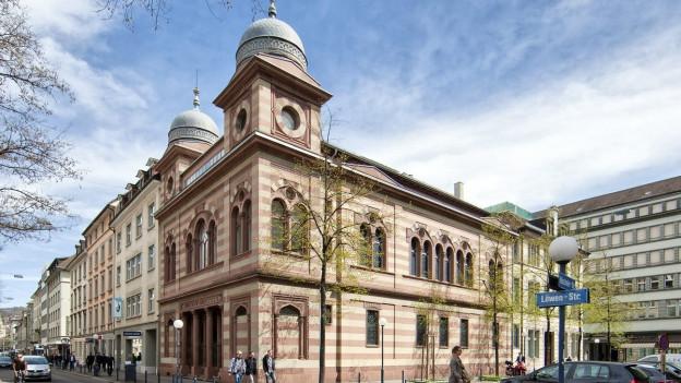 Eine rot weiss gestreifte Synagoge