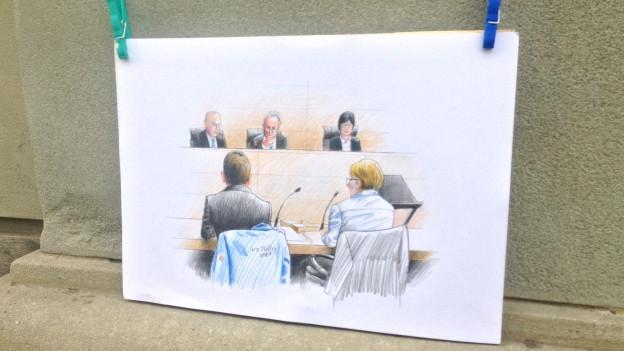 Zeichnung aus dem Gericht mit Angeklagtem und den Richtern.