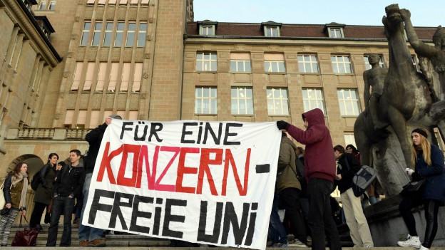 Protest gegen gesponserten Lehrstuhl