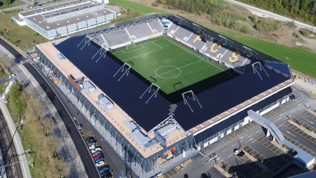 Eine Solaranlage auf dem Dach eines Stadions.