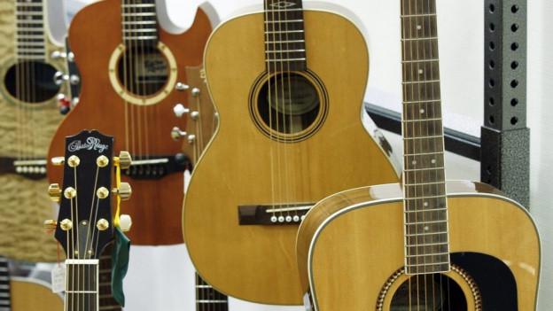 Gitarren in einem Schaufenster