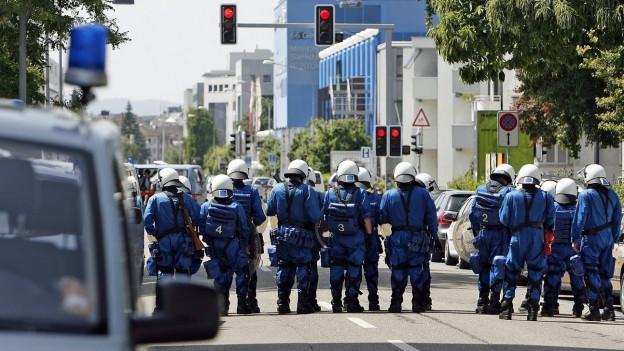 Ein Polizeieinsatz rund um ein Fussballspiel im Letzigrund im Jahr 2009.