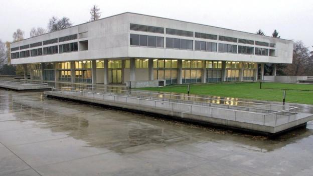 Auch architektonisch herausragend: Das Schulhaus, gebaut in den Fünfzigerjahren nach Plänen von Jacques Schader.