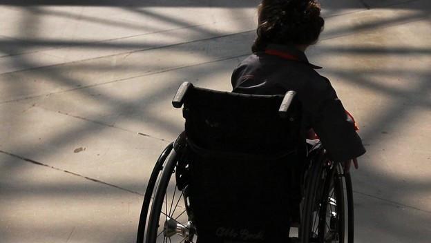 ein Kind sitzt in einem Rollstuhl