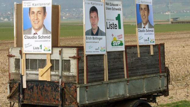 Ein mit Wahlplakaten bestückter Anhänger