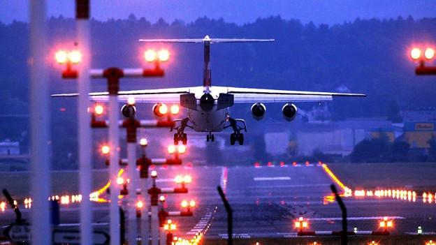 Flugzeug im Anflug auf Zürich, bei Nacht, beleuchtete Pisten