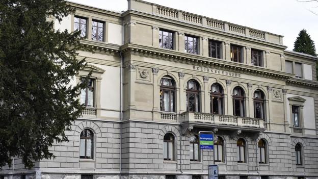 Ein Gebäude aus der Gründerzeit mit Inschrift «Bezirksgebäude»