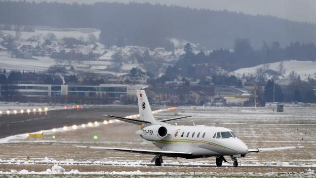 Ein Businesjet landet auf dem Flugplatz Dübendorf