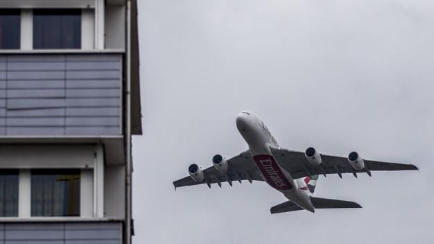 Ein Flugzeug fliegt auf ein Haus zu