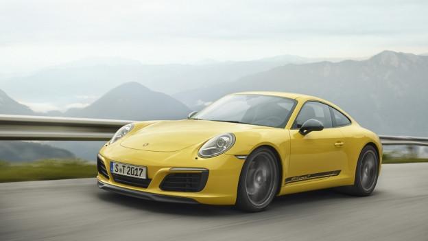 Ein gelber Sportwagen des Modells 911.