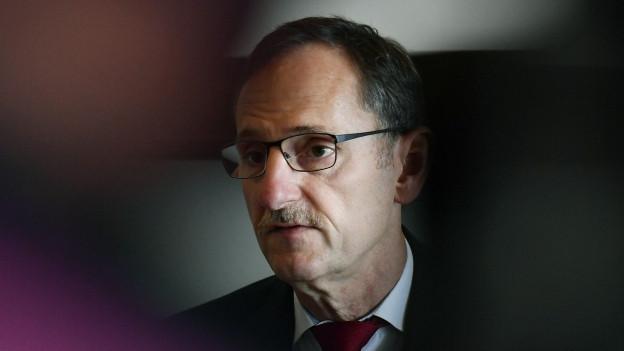 Ein Mann mit Brille und Schnurrbart