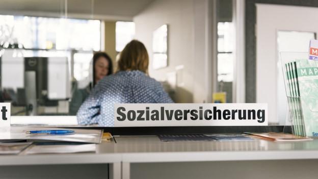 """Schalter einer Verwaltung, angeschrieben mit """"Sozialversicherung""""."""