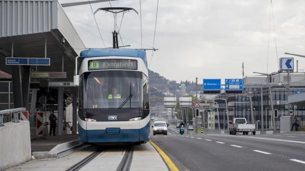 Ein Tram der Lini 8 an der Haltestelle Bahnhof Hardbrücke