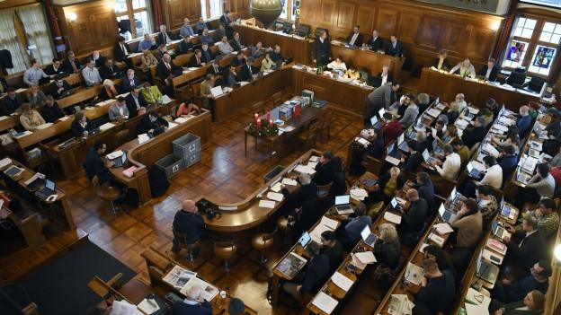 Blick in einen vollbesetzten Ratsaal