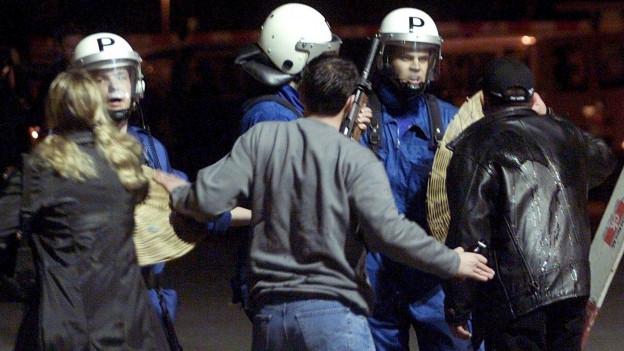 Polizisten und Randalierer