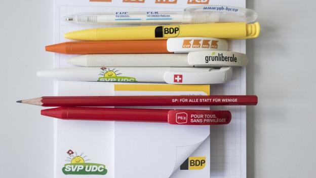Kugelschreiber mit den Logos verschiedener Parteien