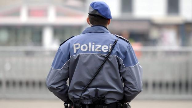 Ein Polizist von hinten.