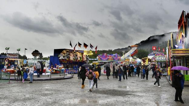 Blick auf eine «Chilbi» bei Regenwetter