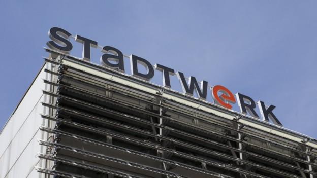 Logo des Stadtwerkes auf dem Dach eines Gebäudes.