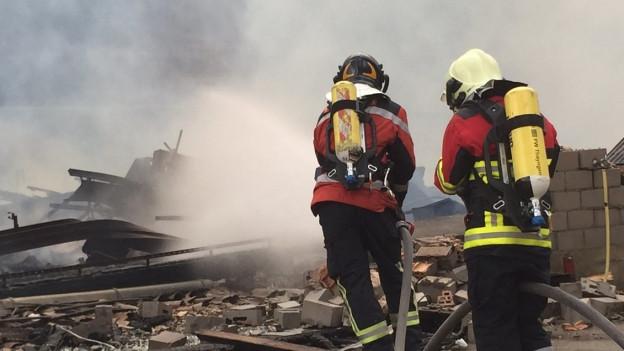 Die Feuerwehr bei den Löscharbeiten in Merishausen.