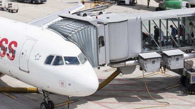 Passagiere besteigen am Flughafen Zürich eine Swiss-Maschine.