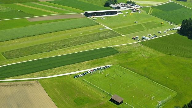Ansicht eines regionalen Flugplatzes umbegeben von Wiesen.