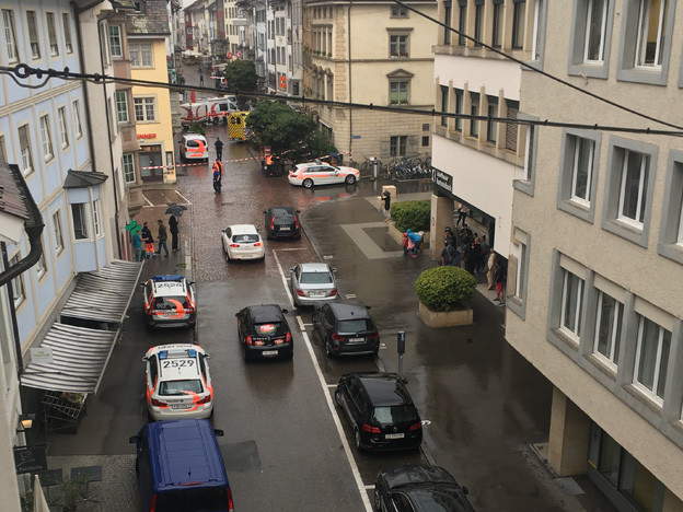 Die Schaffhauser Polizei sperrt einen Teil der Altstadt ab.
