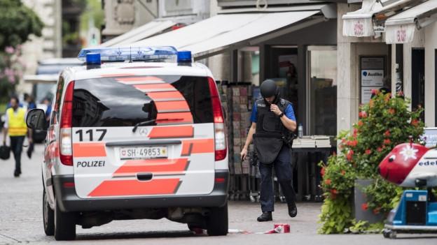 Die Polizei ist nach dem Kettensägen-Angriff in Schaffhausen in der Altstadt im Einsatz.
