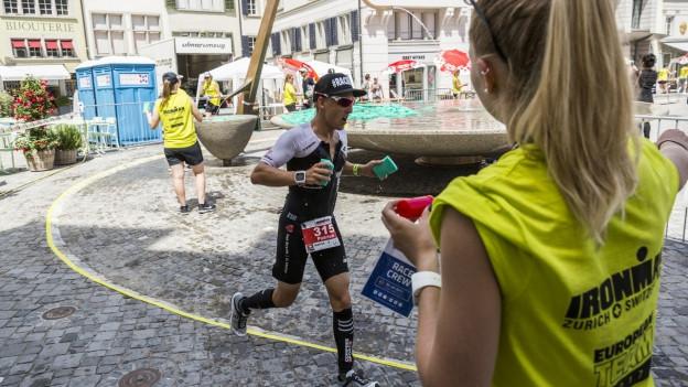 Ein Läufer am Ironman Zürich beim Münsterhof.