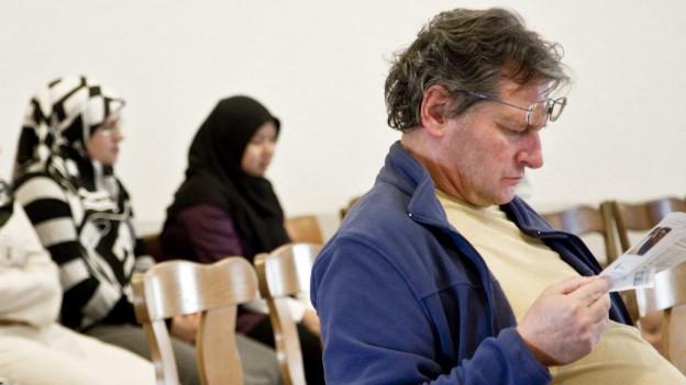 Besucherinnen und Besucher in einer Moschee in St. Gallen