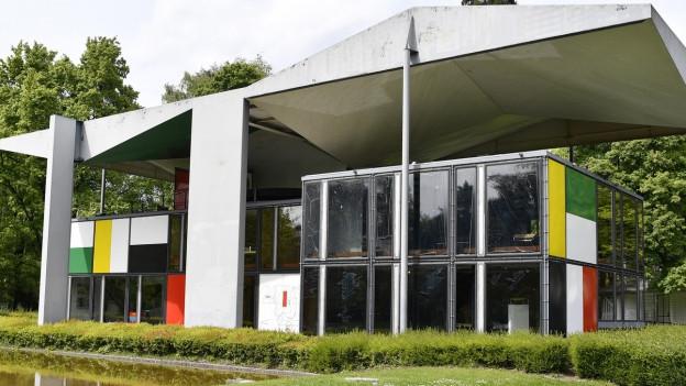 Ein modernes Haus mit farbigen Seitenwänden