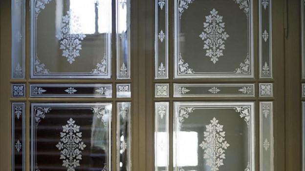 glastüre, dahinter helle Fenster