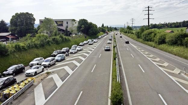 Autos stauen sich bei der Autobahnaussfahrt Uster-Nord auf dem Pannenstreifen.