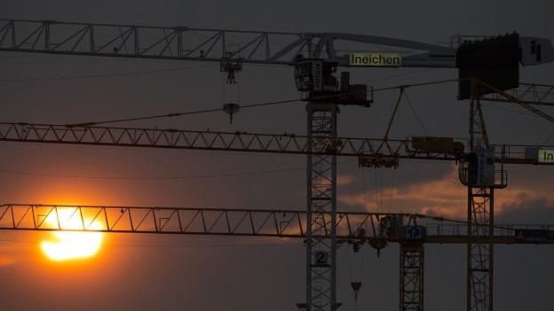 Baukräne im Sonnenuntergang
