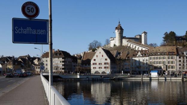 Ortstafel Schaffhausen, im Hintergrund Munot