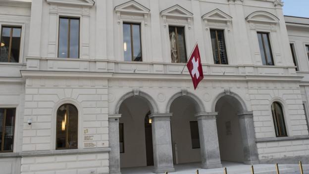 weisses Gebäude, Schweizer Fahne