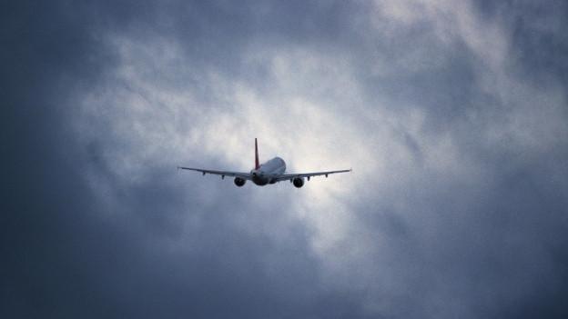 Ein Flugzeug startet in die Wolken.