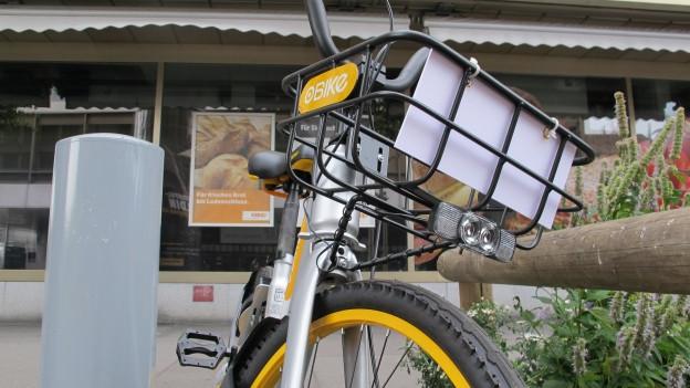 grau-gelbes O-Bike in der Stadt Zürich