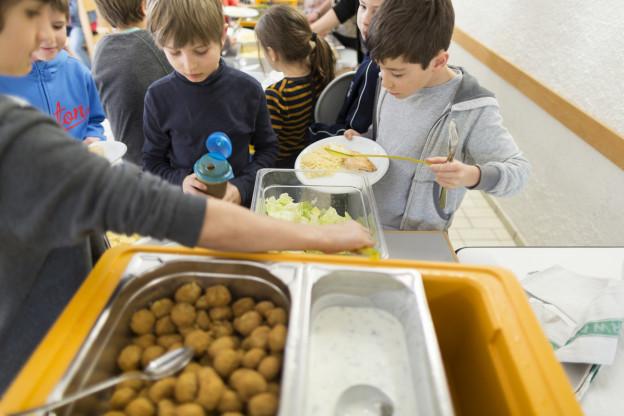 Kinder schöpfen sich Essen