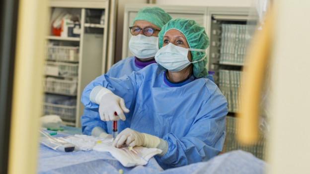 Zwei Ärzte beim operieren an einem Zürcher Spital.