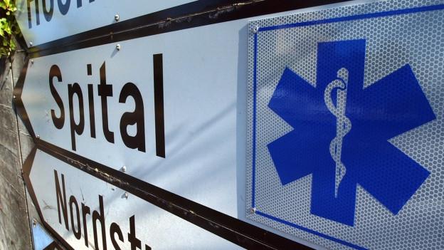 Wegweiser mit Aufschrift Spital