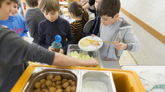 Kinder beim Essen schöpfen