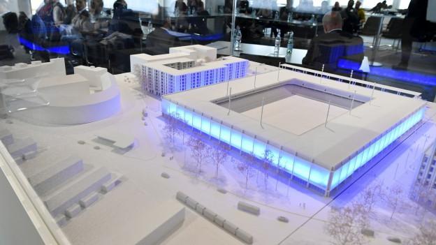 Ein Stadion und Häuser als Modell