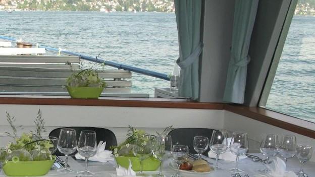 Gedeckter Tisch auf einem Zürichsee-Schiff
