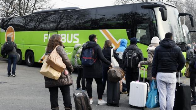 Reisebus mit wartenden Passagieren