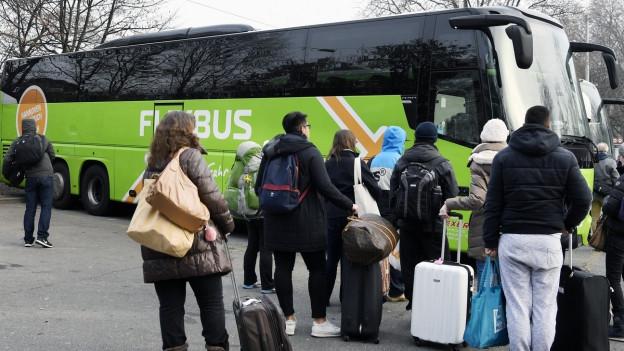 Reisebus und Passagiere mit Gepäck