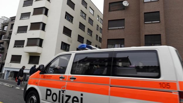Polizeiautos vor den sogenannten Gammelhäusern.