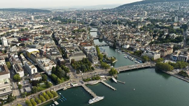 Luftaufnahme von Zürich, vom See aus Limmat abwärts aufgenommen.