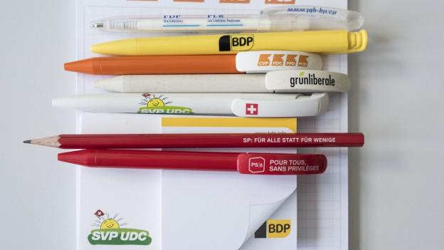 Schreibstifte mit Logos von verschiedenen Parteien